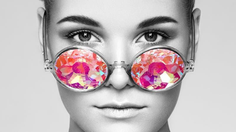 Portret van mooie jonge vrouw met gekleurde glazen stock fotografie