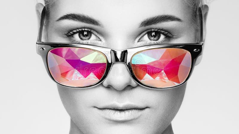 Portret van mooie jonge vrouw met gekleurde glazen stock afbeeldingen