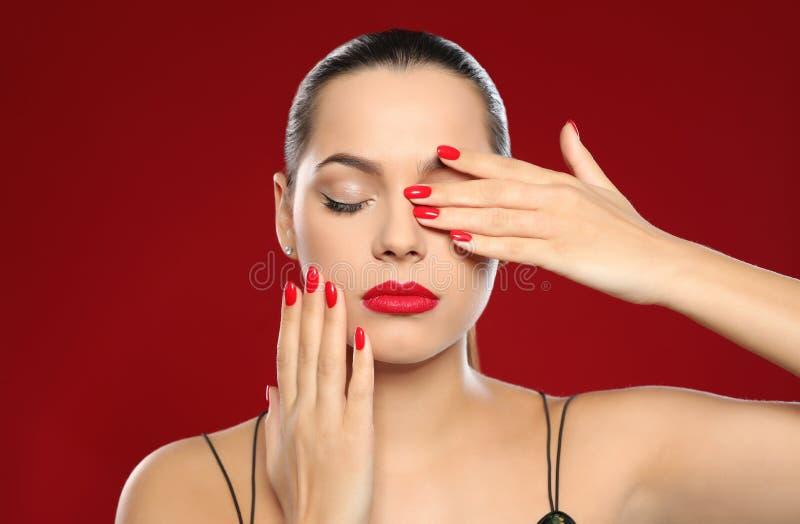 Portret van mooie jonge vrouw met heldere manicure Nagellaktendensen royalty-vrije stock fotografie