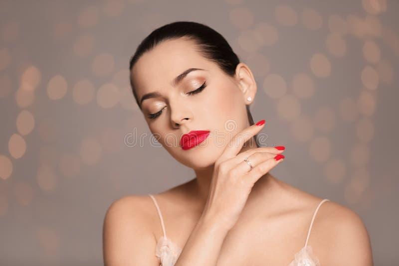 Portret van mooie jonge vrouw met heldere manicure Nagellaktendensen royalty-vrije stock foto