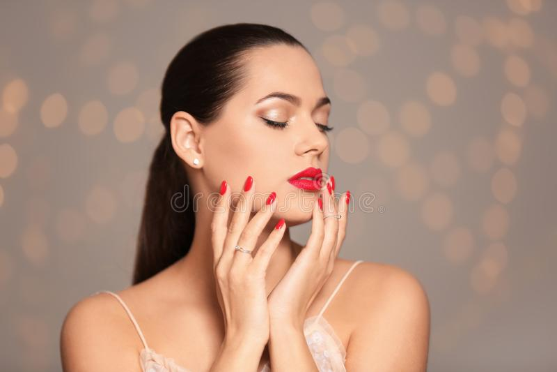 Portret van mooie jonge vrouw met heldere manicure Nagellaktendensen stock fotografie