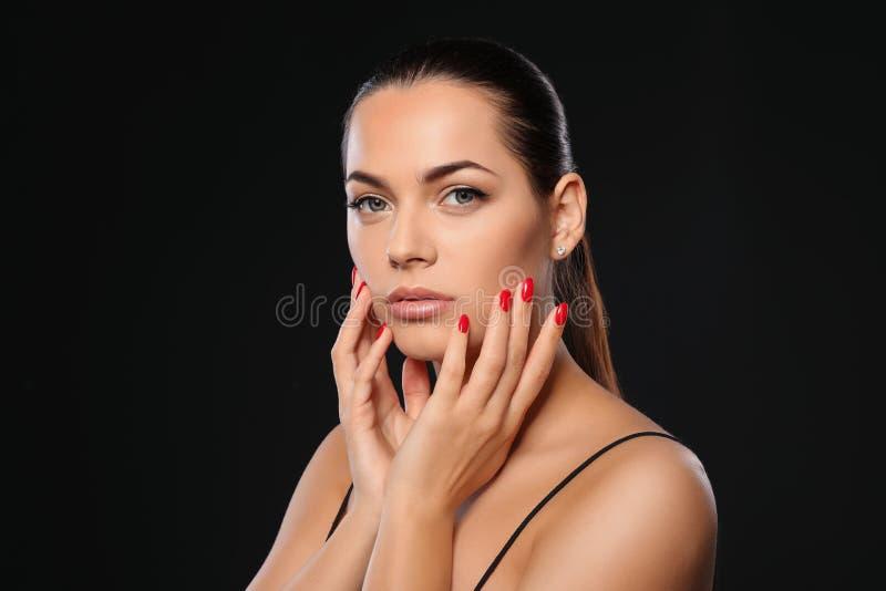 Portret van mooie jonge vrouw met heldere manicure Nagellaktendensen royalty-vrije stock afbeelding