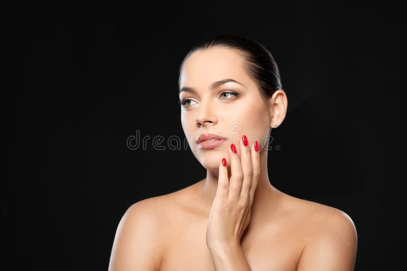 Portret van mooie jonge vrouw met heldere manicure Nagellaktendensen stock foto's