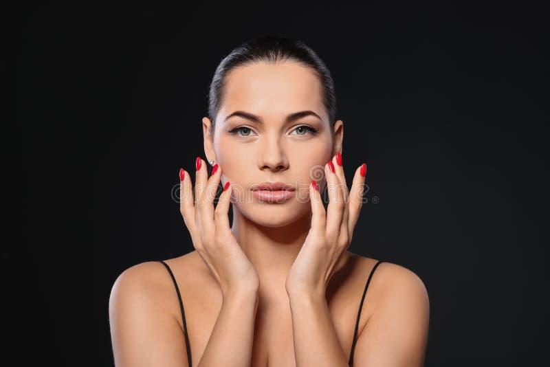 Portret van mooie jonge vrouw met heldere manicure Nagellaktendensen stock foto