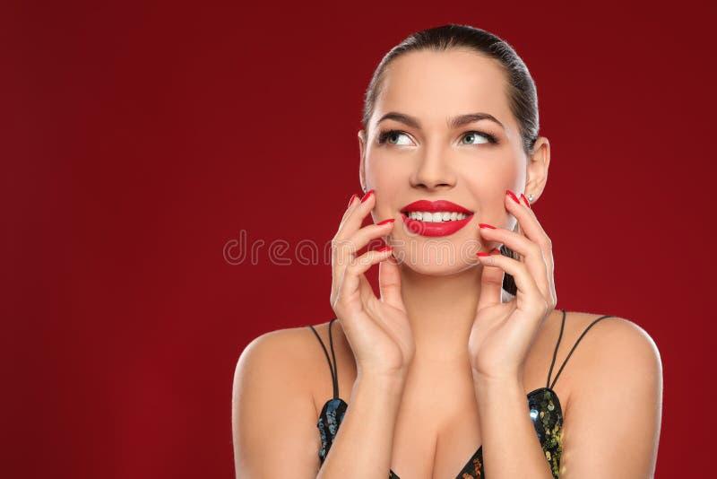 Portret van mooie jonge vrouw met heldere manicure op kleurenachtergrond Nagellaktendensen stock afbeeldingen