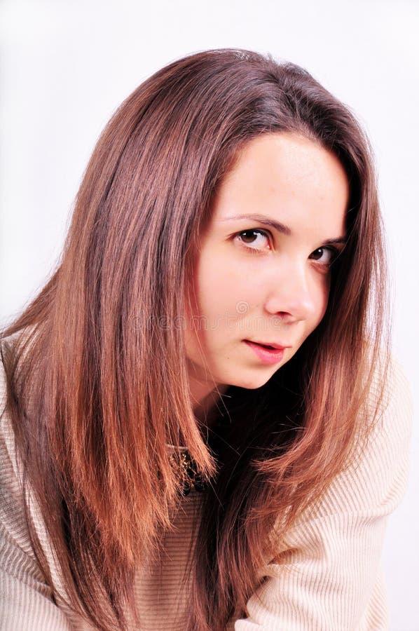 Portret van mooie jonge vrouw met het lange rechte bruine haar stellen geïsoleerd op witte achtergrond royalty-vrije stock foto