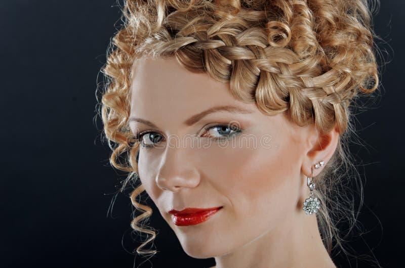 Portret van mooie jonge vrouw met kapsel royalty-vrije stock foto