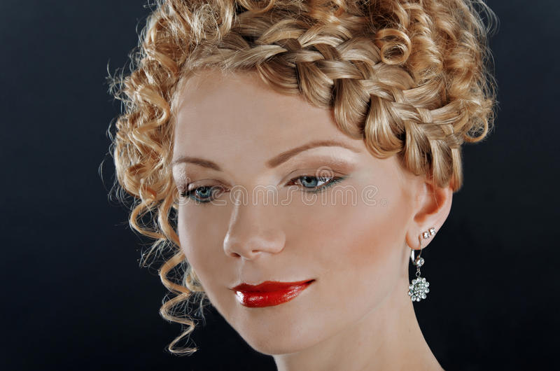 Portret van mooie jonge vrouw met kapsel stock afbeelding