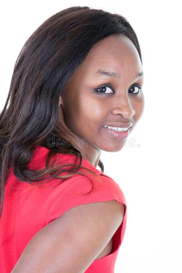 Portret van mooie jonge vrouw met krullend zwart haar in rode die kleding op witte achtergrond wordt geïsoleerd stock fotografie