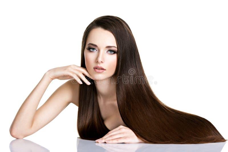 Portret van mooie jonge vrouw met lang recht bruin haar stock afbeeldingen
