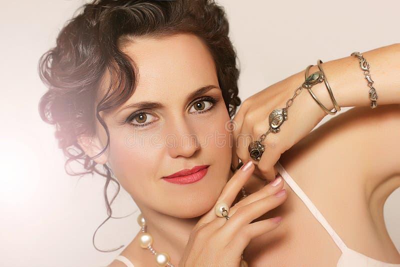Portret van mooie jonge vrouw met Parels royalty-vrije stock afbeeldingen