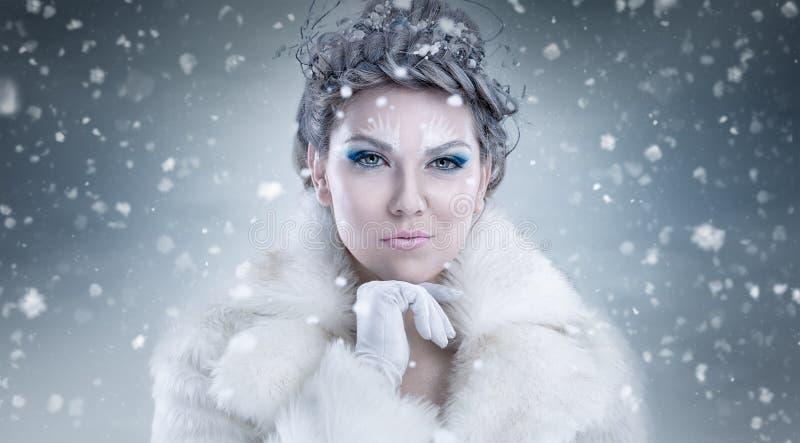 Portret van Mooie Jonge Vrouw met Zilveren Kerstmisballen royalty-vrije stock foto