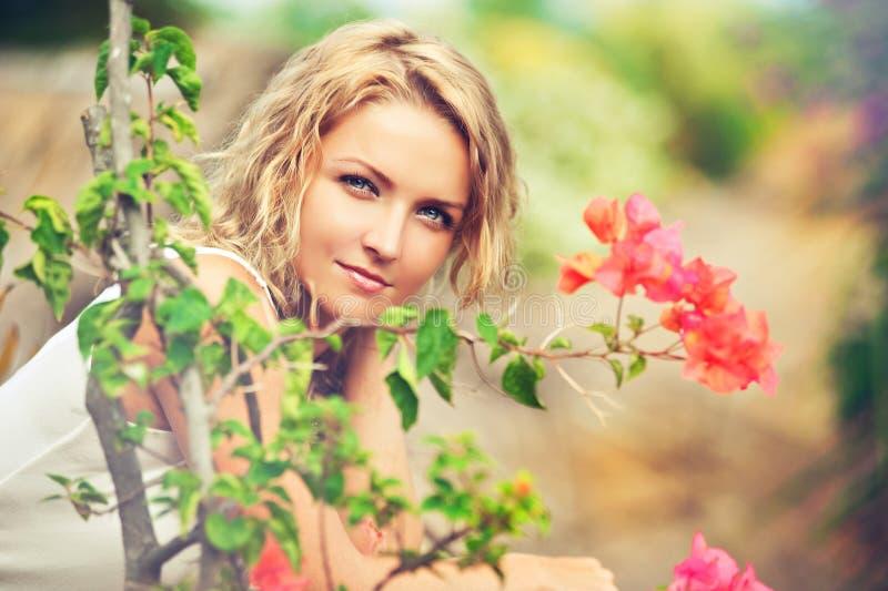 Portret van mooie jonge vrouw op de aard stock afbeelding