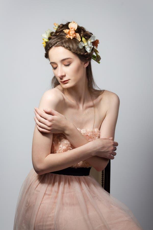 Portret van mooie jonge vrouw op grijze backgrou stock foto
