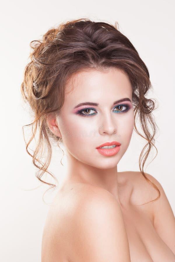 Portret van mooie jonge vrouw op witte achtergrond stock foto's