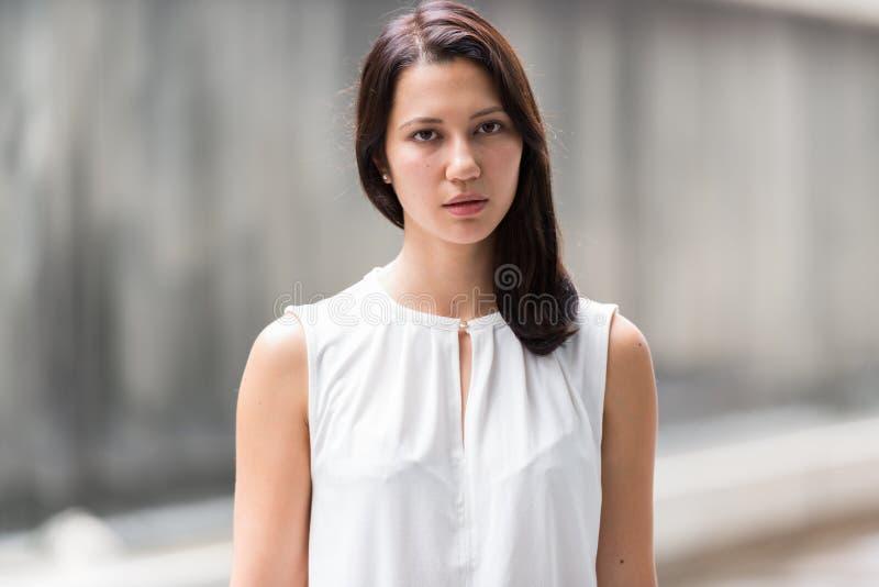 Portret van mooie jonge vrouw in openlucht royalty-vrije stock afbeelding