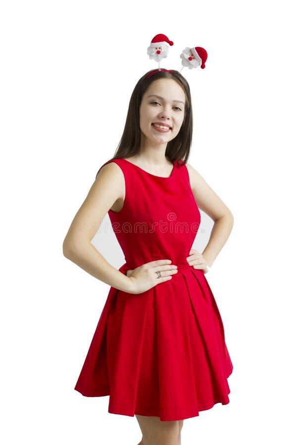 Portret van mooie jonge vrouw in rode die de giftdoos van de kledingsholding over witte achtergrond wordt geïsoleerd stock fotografie