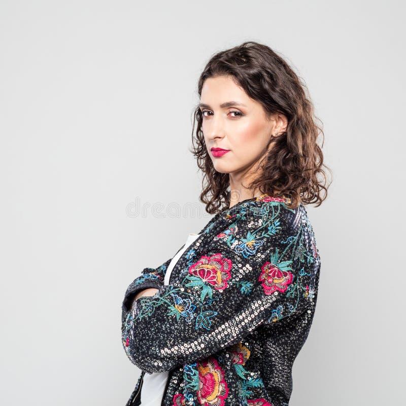 Portret van mooie jonge vrouw tegen grijze achtergrond stock fotografie