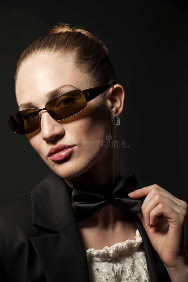 Portret van Mooie jonge vrouw in zonnebril met vlinder royalty-vrije stock afbeelding