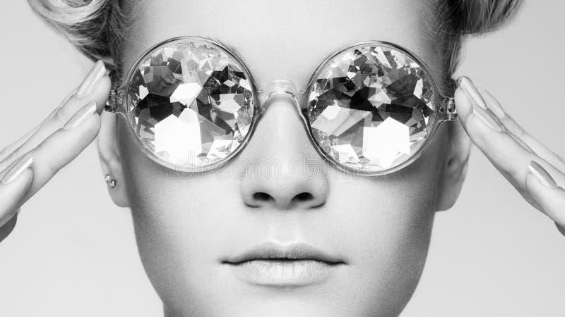 Portret van mooie jonge vrouw in zonnebril royalty-vrije stock afbeeldingen