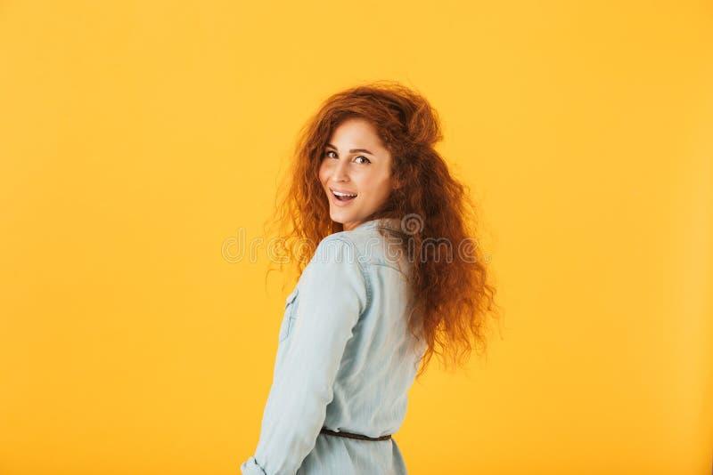 Portret van mooie jonge vrouwenjaren '20 met krullend haar die glimlachen bij stock afbeeldingen