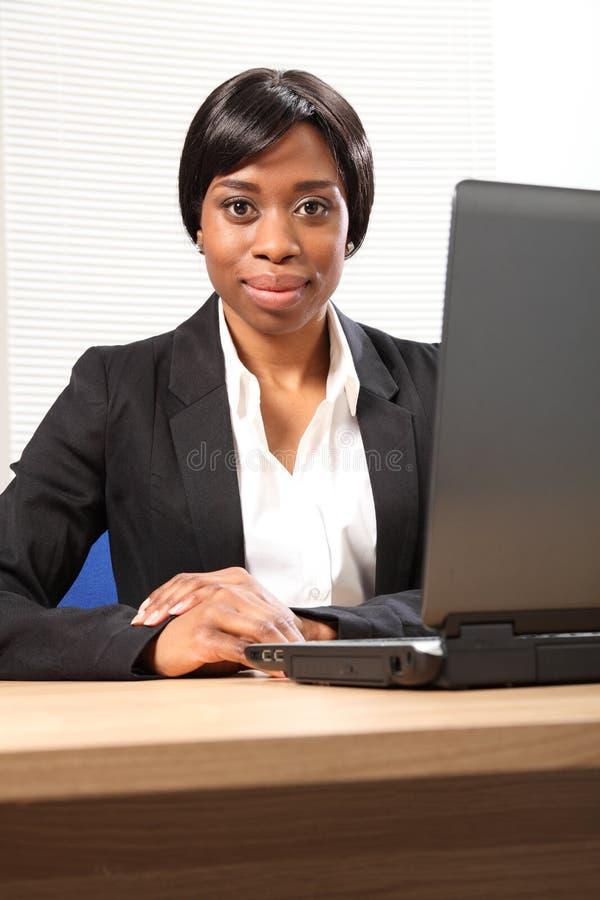 Portret van mooie jonge zwarte bedrijfsvrouw stock afbeeldingen