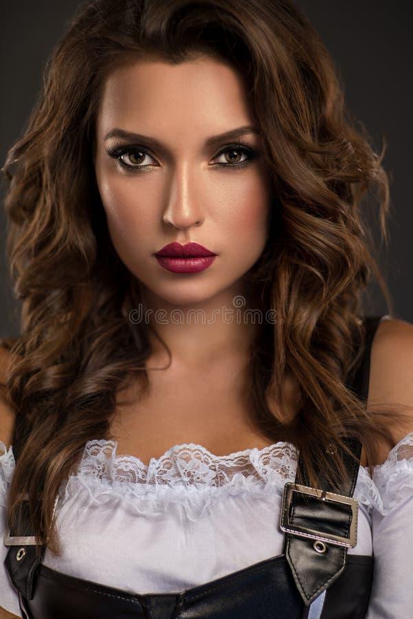 Portret van mooie krullende vrouw stock fotografie