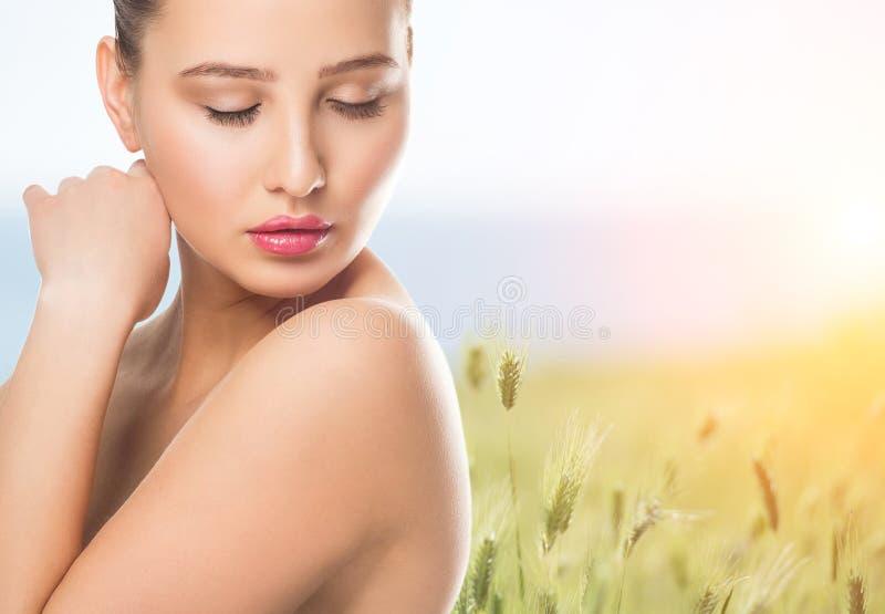 Portret van mooie Kuuroordvrouw met schone gezonde huid in aard royalty-vrije stock foto