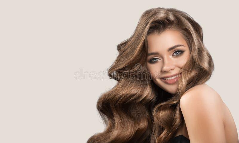 Portret van mooie leuke vrouw met krullend bruin lang haar royalty-vrije stock foto's