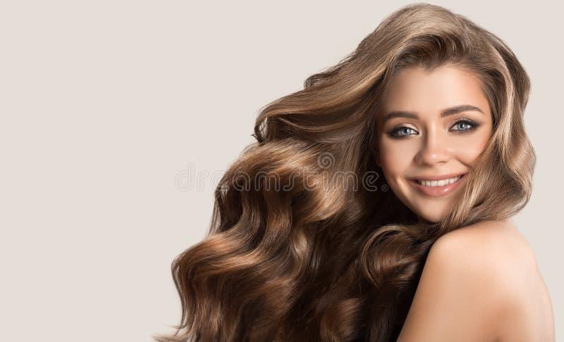 Portret van mooie leuke vrouw met krullend bruin lang haar royalty-vrije stock afbeelding