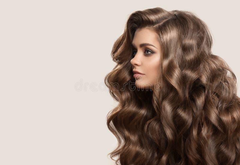 Portret van mooie leuke vrouw met krullend bruin lang haar stock foto's