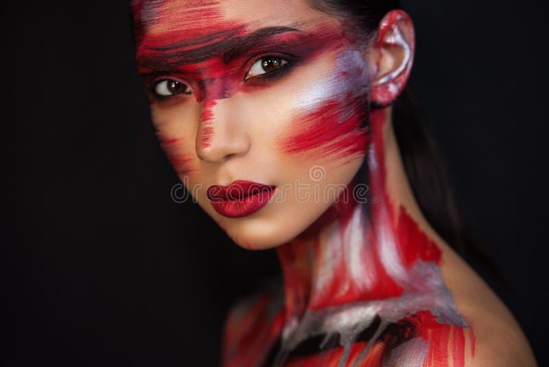 Portret van mooie meisjes professionele grimeur stock afbeelding