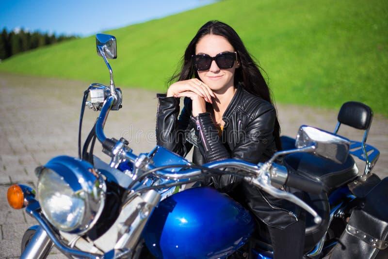 Portret van mooie meisjeszitting op retro motorfiets stock fotografie
