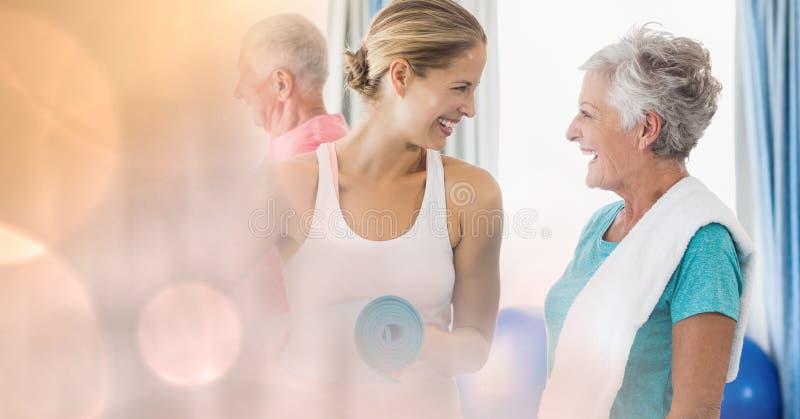 Portret van mooie mensen die en elkaar binnenshuis glimlachen bekijken stock fotografie