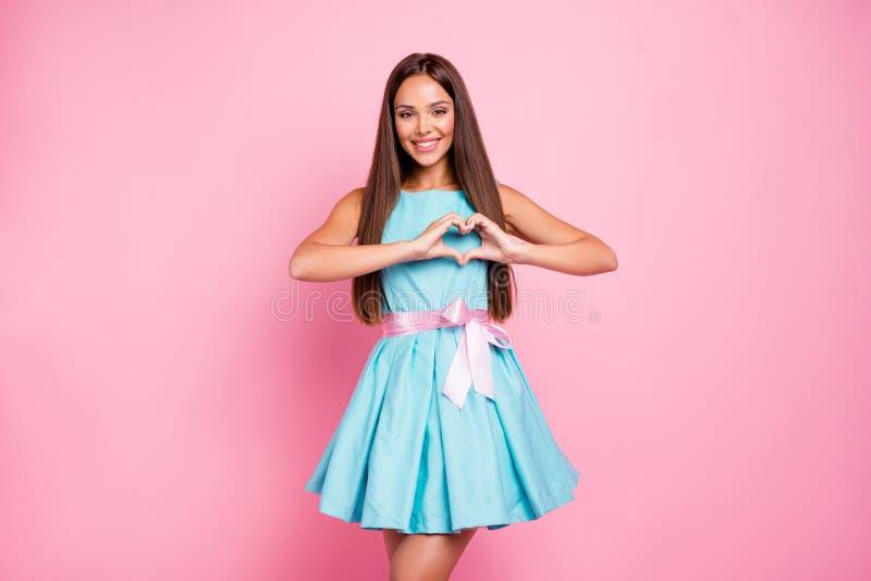 Portret van mooie model leuke tienertiener die affectie tonen die de mensen aantrekken die van jongensmannetjes hart met vingers  stock foto's