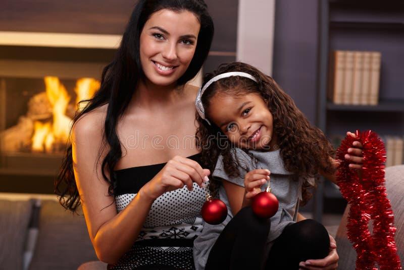 Portret van mooie moeder en etnische dochter stock foto's