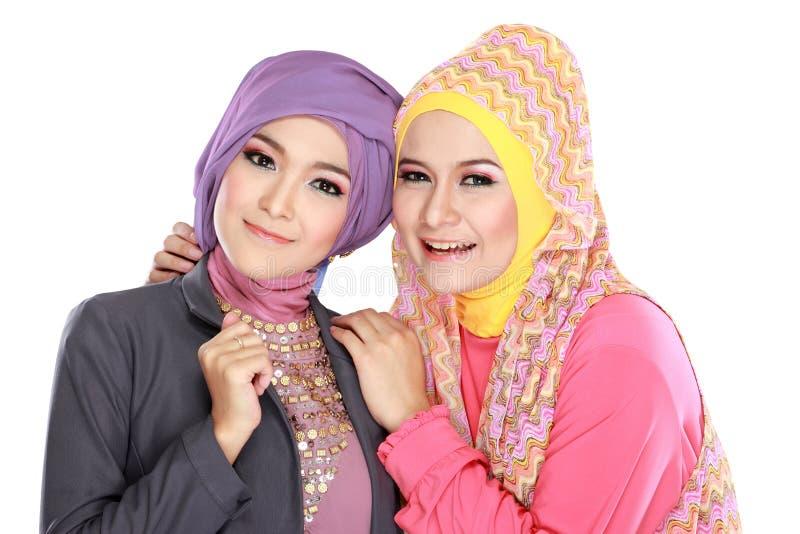 Portret van mooie moslimvrouw twee die pret hebben royalty-vrije stock afbeeldingen