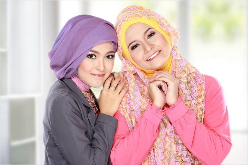 Portret van mooie moslimvrouw twee die pret hebben royalty-vrije stock afbeelding