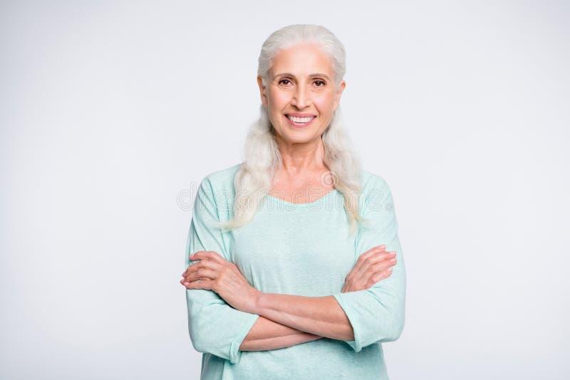 Portret van mooie oma die wordt geïsoleerd camera bekijken die dragend turkooise die verbindingsdraad glimlachen over witte achte royalty-vrije stock fotografie