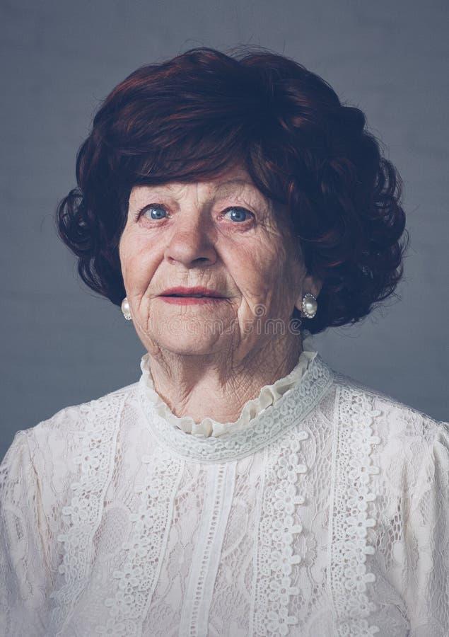 Portret van mooie oude volwassen vrouw, 80 jaar oud stock foto's