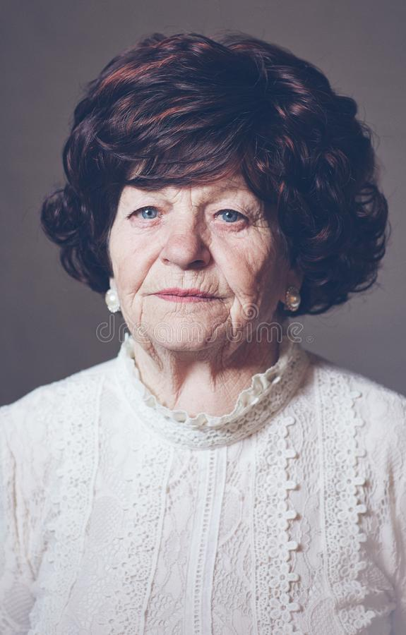 Portret van mooie oude volwassen vrouw, 80 jaar oud royalty-vrije stock afbeeldingen