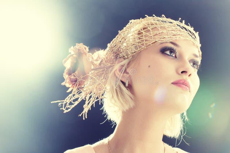 Portret van mooie retro-stijlvrouw in bonnet royalty-vrije stock foto