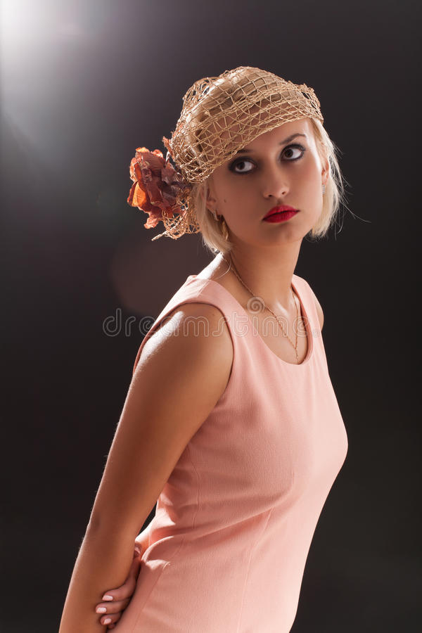 Portret van mooie retro-stijlvrouw in bonnet stock afbeeldingen