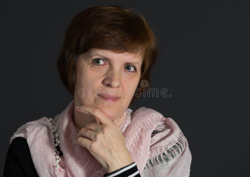 Portret van mooie rijpe Kaukasische vrouw die sjaal dragen stock afbeeldingen