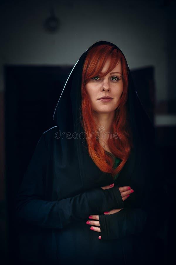 Portret van mooie rode haarvrouw in zwarte royalty-vrije stock foto's