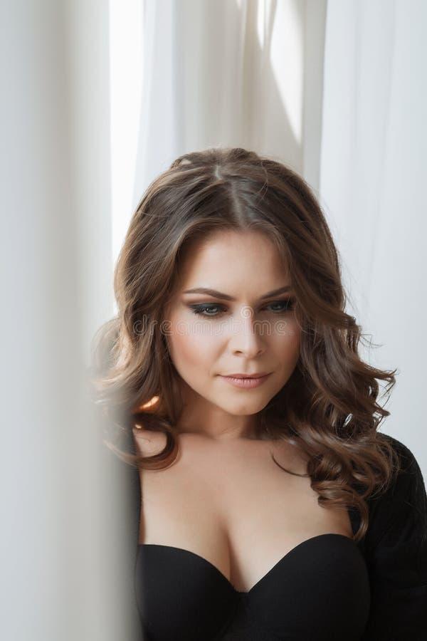 Portret van mooie sensuele donkerbruine vrouw met lang krullend haar stock foto's