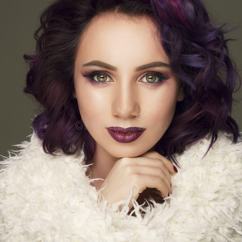 Portret van mooie sexy mannequin met purper haar meer dan g royalty-vrije stock afbeeldingen