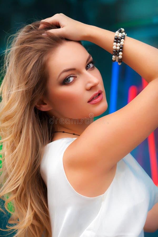 Portret van mooie sexy vrouw met witte kleding en het blonde haar stellen openlucht Het meisje van de manier stock afbeelding
