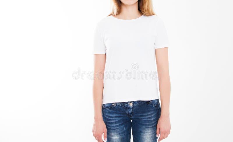 Portret van mooie sexy vrouw in t-shirt T-shirtontwerp, mensenconcept - de close-up van vrouw in wit overhemd, ziet op geïsoleerd royalty-vrije stock fotografie