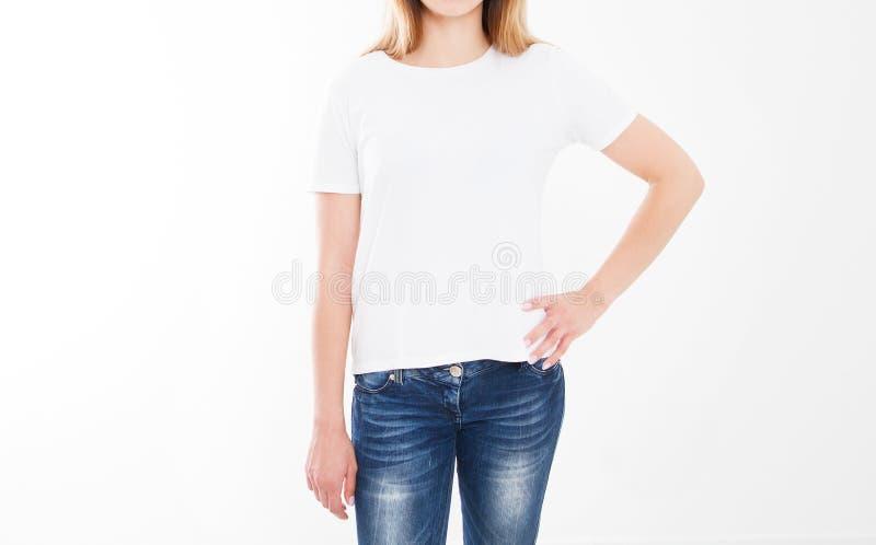 Portret van mooie sexy vrouw in t-shirt T-shirtontwerp, mensenconcept - de close-up van vrouw in wit overhemd, ziet op geïsoleerd stock foto